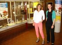EWTO Schuleiterin Birgit Kiehn und die Kulturbeauftragte Andrea Stephan eröffnen die Piratenspektakel & Kids-WingTsun / Chi Kung Ausstellung im Rathaus.