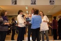 Stellvertretend für unzählige Mitglieder der EWTO-Akademie Eckernförde überreichen Kirsten Leichtfuss, Kerstin Leckband und Birgit Wiese einen prall gefüllten Päsentkorb. Herzlichen Dank für die Glückwünsche und Gechenke zu unserem Jubiläum.