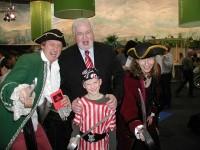 Politik und WingTsun Experten im Piratengewand: Ministerpräsident Peter Harry Carstensen traf Birgit Kiehn, Peter Thietje und Sohn Joey Rick auf der Grünen Woche in Berlin 2008.